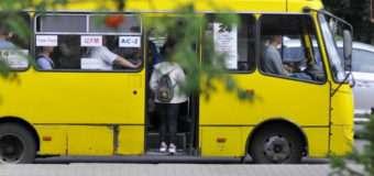 Дверима притисло дитину: водій у Луцьку не хотів впустити мам із дітьми в маршрутку
