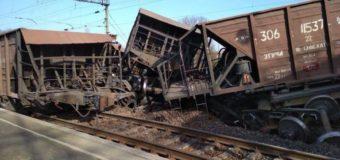 На Львівщині перекинулося близько десяти вантажних вагонів