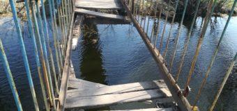 У Червоногаді обвалився міст через річку. Четверо людей впали у воду