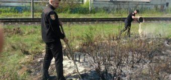 У Луцьку гасили вогонь між залізничними коліями
