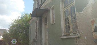 У Луцьку троє юнаків з будівлі виривали металеві конструкції, щоб здати на металобрухт