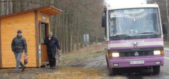 На Волині лісівники побудували та встановили дві автобусні зупинки