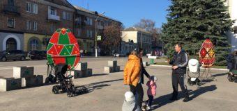 Нововолинськ прикрашають 2-метрові писанки
