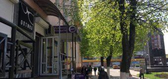 У центрі Нововолинська невідомі побили вікна та пограбували магазин