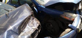 У Луцьку в BMW на швидкості лопнуло колесо й вона потрощила три припарковані авто. Фото