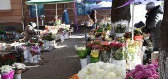 У центрі Луцька демонтують тимчасові споруди на квітковому ринку