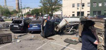 У Дніпрі фура, навантажена металом, пошкодила 13 автомобілів. Є постраждалі