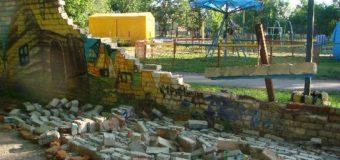 У місті на Волині завалилася стіна дитячого містечка атракціонів. ФОТО