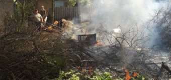 У Луцьку невідомі підпалили суху рослинність та гілля на закинутому подвір'ї