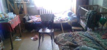 Сусіди забили на сполох: у Луцьку батьки зловживають спиртним та погано дбають про трьох малолітніх дітей