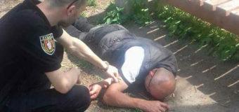 У Луцькому парку муніципали виявили п'яного чоловіка, який заснув під лавкою