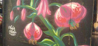 Луцький тролейбус прикрашають зображення квітів та метелика з Червоної книги України