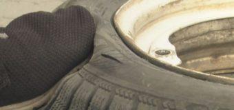За ніч у Нововолинську зловмисники порізали шини 14-ти автівок. ФОТО