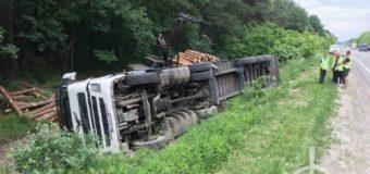 На Волині перекинулася вантажівка з деревиною