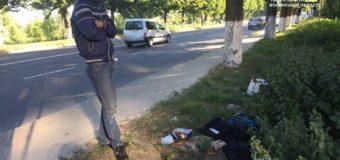 """У Луцьку """"на гарячому"""" спіймали чоловіка, який пошкоджував та пограбував авто. ВІДЕО"""