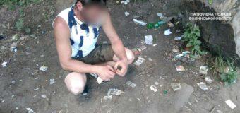 У Луцьку патрульні помітили молодика з наркотиками