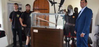 у Луцькому замку презентували старовинний меч. ФОТО