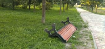 У місті на Волині в парку молодики поперекидали лавки. ВІДЕО