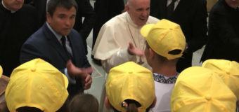 П'ятеро дітей волинських бійців подарували Папі Римському «Книгу Добра». ФОТО