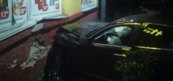 """У Луцьку водій на """"Лексусі"""" в'їхав у стіну й утік, залишивши авто"""