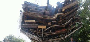 У Луцьку в дворах муніципали демонтували незаконні дерев'яні конструкції