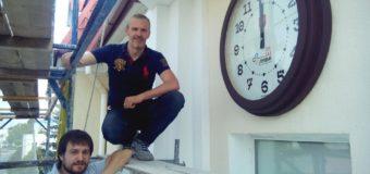 На фасаді Луцькради встановили унікальний годинник. ФОТО