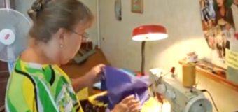 Пенсіонерка з Ковеля шиє бійцям українські прапори. ВІДЕО