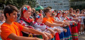 У центрі Луцька відбувся майстер-клас з вивчення національних танців Індії, Туреччини, Литви та України. ФОТО