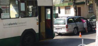 У Луцьку тролейбус в'їхав у легковик