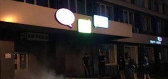У Луцьку невідомий підпалив приміщення «Укртелекому». Поліція шукає свідків інциденту. Відео