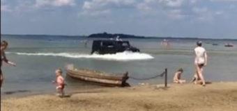 Поліція з'ясувала, хто ганяв на джипі озером Світязь та пляжем