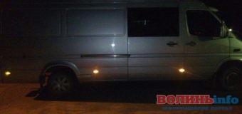 Патрульні затримали мікроавтобус, який перебував у розшуку