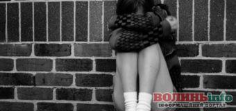 Волинь: чоловік неодноразово ґвалтував одинадцятирічну доньку своєї співмешканки