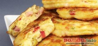 Ідеальний сніданок: оладки з сиром і ковбасою на молоці