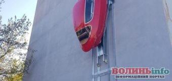 Автомобіль-павук: машина, яка паркується на стінах