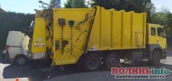ДТП за участю мікроавтобуса, легковика та сміттєвоза