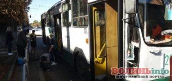Під колеса тролейбуса потрапив чоловік