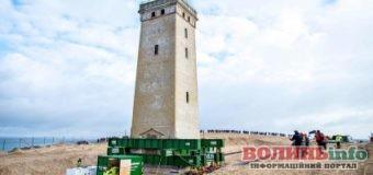 У Данії перемістили 720-тонний маяк, який міг впасти в море: як це було (відео)
