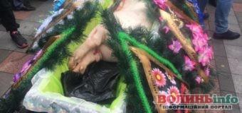Свиня в труні під Радою: акція проти ринку землі набуває обертів