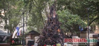 В Австралії поставили ялинку зі спалених гілок