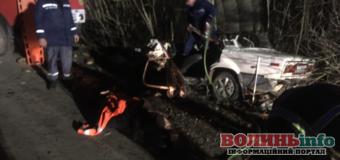 """""""КамАЗ зіткнувся із """"ВАЗом"""": водія легковика вирізали з авто"""