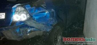 П'яний водій влетів в електроопору: авто розбите, керманич і його син не постраждали