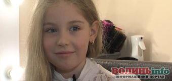 8-річна рівнянка обрізала понад півметра волосся, щоб допомогти онкохворій дитині