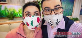 Кравчиня і глядачка Сніданку з 1+1 попіклувалася про улюблених ведучих і пошила для них кумедні маски