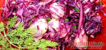 Постимо смачно: польський салат із червонокачанної капусти, яблук та квасолі