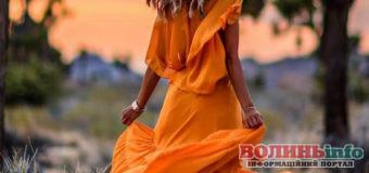 Трендові сукні відтінку куркуми – модний антидепресант