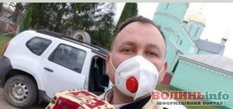 На Тернопільщині священник придумав спосіб, як посвятити паски, не контактуючи з людьми