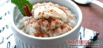 Постимо смачно: рисовий пудинг з яблуками, родзинками і корицею