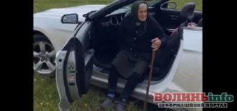 90-річна бабця з Закарпаття прокаталася на кабріолеті