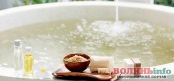 Гаряча ванна ввечері сприяє міцному сну: важливі час і температура